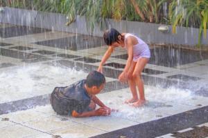 Děti ve vodotrysku