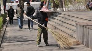 Na veřejných místech v Číně se neustále uklízí